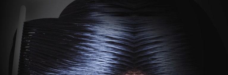 rambut hitam yang sedang disisir