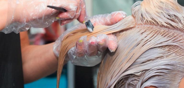 Rambut yang sedang diwarnai